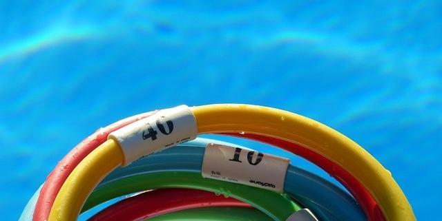 4 ejercicios fáciles con el churro de la piscina para entrenar