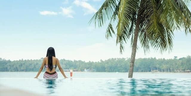 hacer mantenimiento diario semanal y mensual de tu piscina con productos y limpieza
